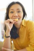 Attractive Woman Eating Donut  At Cafe — Stock fotografie