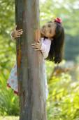 在外面玩耍的小女孩 — 图库照片