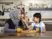 Mother And Daughter Eating Pizza — Stockfoto