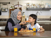 Mother And Daughter Eating Pizza — Stock Photo