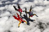Parachutist build a figure in free fall — Stock Photo