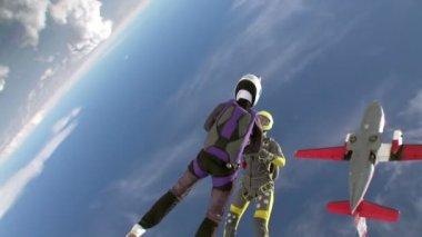 Paracaidistas en la figura durante la caída libre — Vídeo de Stock