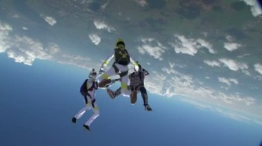 Skydivers collects figure in freefall. — Stock Video