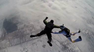 Skydiving instructor opens parachute to  student — Stock Video