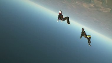 Two skydivers in freefall — Stock Video