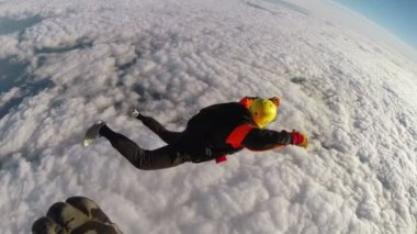 Skydiver simulates the opening of the parachute — Stock Video