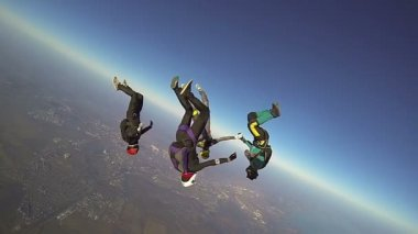 Skydivers collects figure in freefall — Stock Video