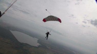 Skydiver in  sky over city — Stock Video