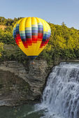 Hot Air Ballooning Over The Middle Falls At Letchworth State Par — Stock Photo