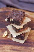 Tower of delicious crusty brownies on wood background — Stock Photo