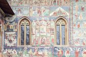 Detailed imaged of painted wall and windows of Sucevita Monastery — Stock Photo