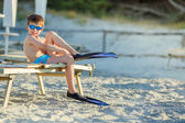 Muchacho con equipo de snorkel en la playa tropical — Foto de Stock