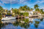 Expensive yacht and homes in Fort Lauderdale — Stock Photo