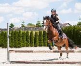 Ragazza praticando equitazione — Foto Stock