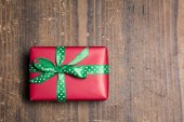 Red gift box with green ribbon with polka dots  — Stock fotografie