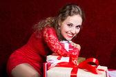 Beautiful girl hugging gift hand and smiling. — Stockfoto