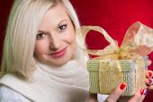 A girl in a white sweater with a gift bow with bandaged looking  — Foto de Stock