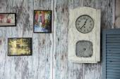 Draw a picture and clock on the old wall. — Fotografia Stock