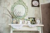 老式内政部与镜子和一个花瓶和柳树的表 — 图库照片
