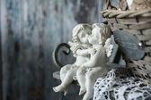 Figurky milovat anděly sedí na lavičce — Stock fotografie