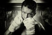 Attacco di muscolare su rack di Street fighter avvolto tra le sue braccia con rop — Foto Stock