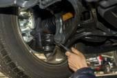Mains de mecanicien voiture sale examen automobile voiture à réparer la station de service — Photo