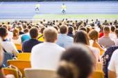 スタジアムで観客が座っています。 — ストック写真