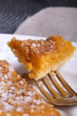 Crumbly tart with pumpkin and sprinkled with almond sugar for Halloween — Foto Stock