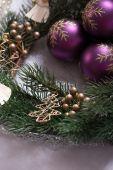 """Guirlande de Noël avec """"Purple"""" boules de Noël et arbre de Noël — Photo"""