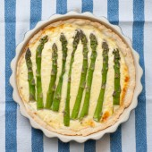 Fresh asparagus pie — Stock Photo