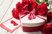 Valentine's day gift and roses — Stockfoto