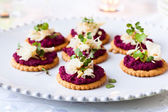 Crackers with beet pesto and cheese — Stock Photo