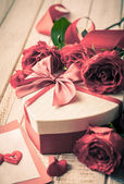 Valentine's day gift and roses — Stock Photo