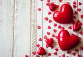 Красные сердца на фоне деревянные — Стоковое фото
