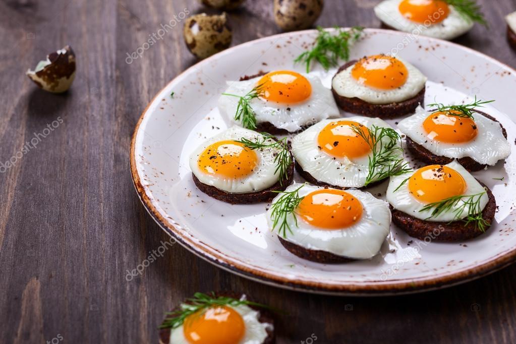 Wachtel ei h ppchen stockfoto 62678397 for Quail egg canape