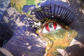 Frau mit der Narbe mit Planet Erde-Textur und peruanischer Flagge im Inneren des Auges. — Stockfoto