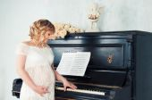 Expectant mother in anticipation of birth of baby. Music of Heart — Stok fotoğraf