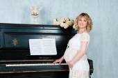 Expectant mother in anticipation of birth of baby. Music of Heart — Stock fotografie