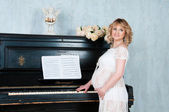 Expectant mother in anticipation of birth of baby. Music of Heart — 图库照片