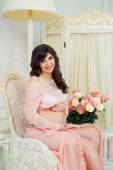 Beautiful pregnant girl in anticipation of the birth of the child — Foto Stock