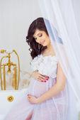 Molto dolce ragazza incinta in interni: bagno bianco neve e oro dell'impianto idraulico — Foto Stock