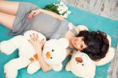 Beautiful pregnant mother with teddy bears — Foto Stock