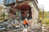 Boy near the bombed-out house. Ukraine — Stock Photo