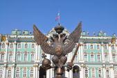The double-headed eagle on the Palace Square in St. Petersburg — Stock Photo