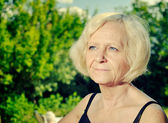 Mature woman in garden — Stockfoto