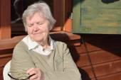 Старшие женщины на веранде — Стоковое фото