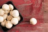 Košík na ovoce čerstvé bílé tlačítko hub — Stock fotografie