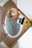 Man relaxing in a bath in a Mexican sombrero — Foto Stock