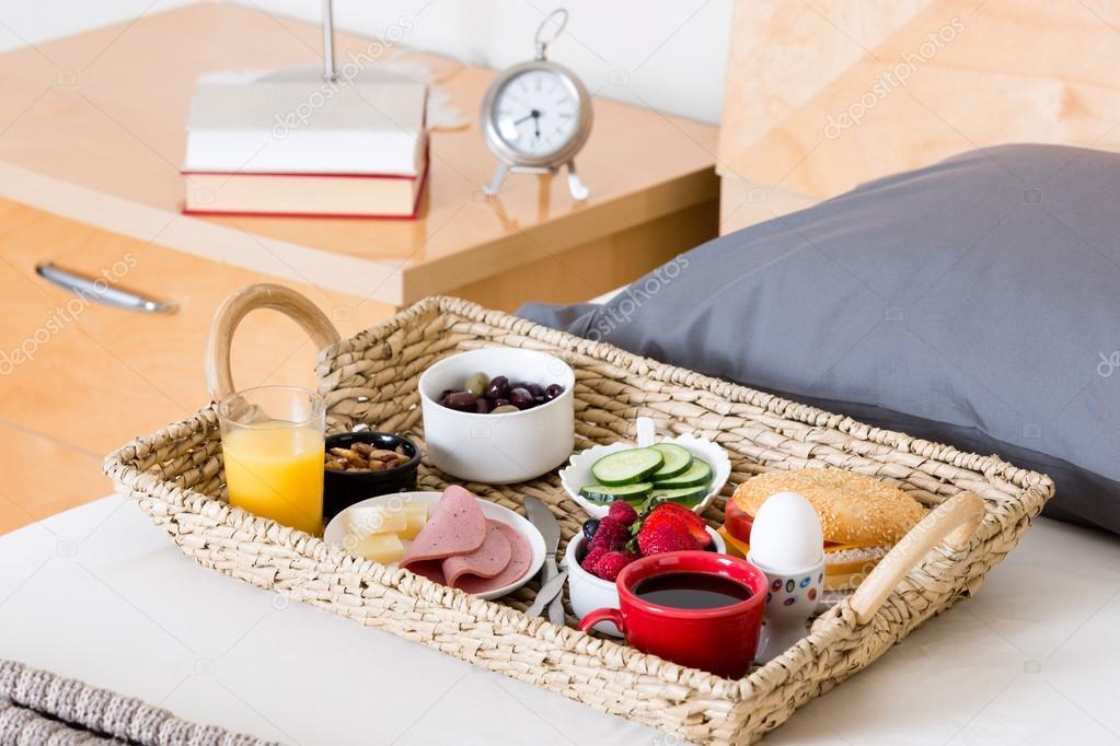 Bandeja de desayuno en la cama desecha en habitaci n de hotel foto de stock 87041800 - Bandeja desayuno cama ...