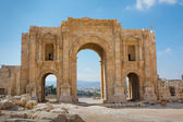 The commemorative Arch of Hadrian in the ancient city of Jersah  — Stock Photo
